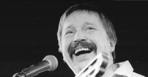 ADN-ZB/Grubitzsch/1.12.89/ Leipzig: Biermann-Konzert/ Der Liedermacher, der nach jahrelangen Auftrittsverboten 1976 während einer BRD-Tournee ausgebürgert worden war, trat zum erstenmal wieder in der DDR auf. In der Messehalle 2 wurde er von den etwa 5.000 Besuchern mit einem Beifallsorkan empfangen. (siehe auch 47N)